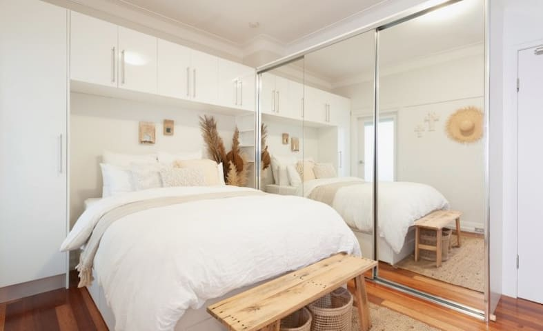 Bondi Beach studio - Right across from the beach!