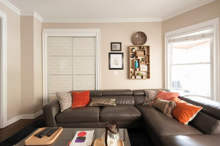 Modern, warm and welcoming apartment in A'Ville