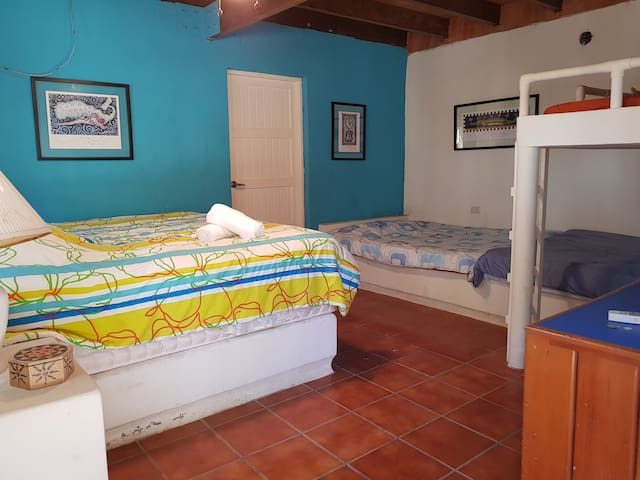 Habitacion 1, en primer nivel. Una cama king y tres matrimoniales. Baño completo y closet.
