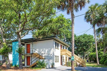 pet friendly vacation rentals apartments houses in folly beach airbnb. Black Bedroom Furniture Sets. Home Design Ideas