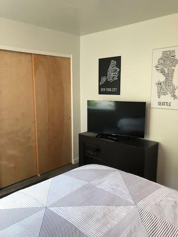 West Seattle Room-Near Beach, Restaurants, Stores