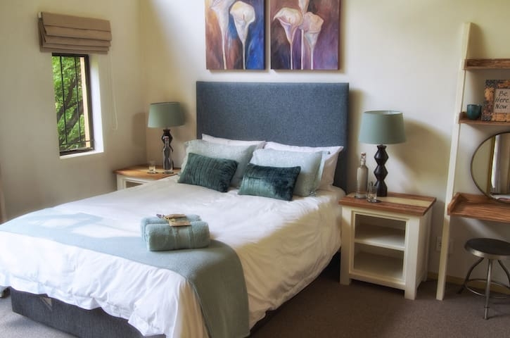 Second bedroom with Queen XL bed, luxurious cotton linen and desk