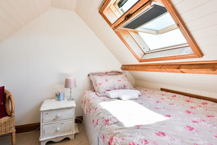 Loft room with small double bed, near rail station