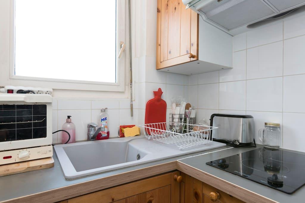 Petite cuisine équipée avec vue sur les toits de Paris