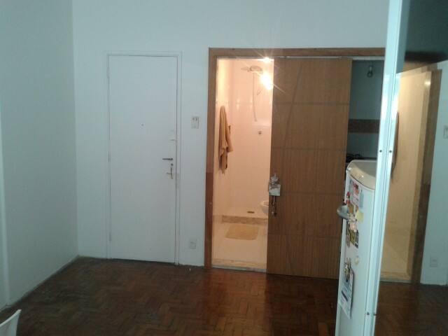 Entrada do stúdio, com divisória entre cozinha e banheiro.