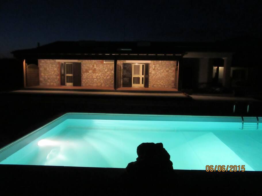 Vista piscina in notturna