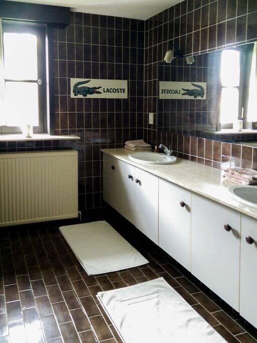 Badkamer gelegen tussen beide gastenkamers is gedeeld