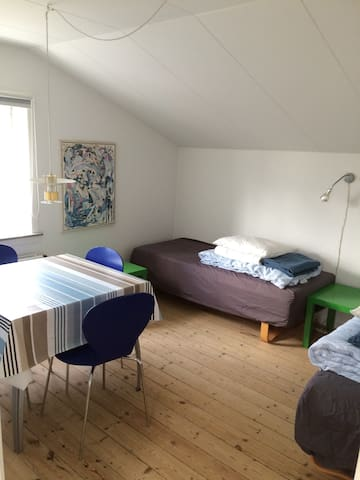 separat værelse med 2 enkeltsenge og spisebord.