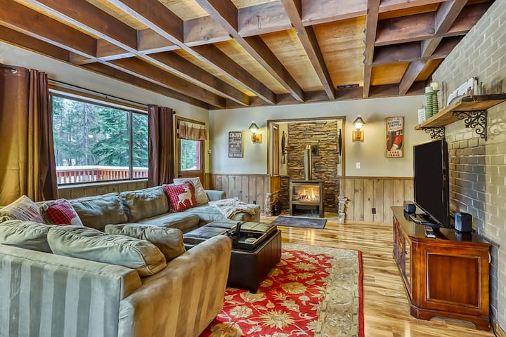 Quiet mountain cabin nestled in the woods, near ski resorts and the Yuba River.