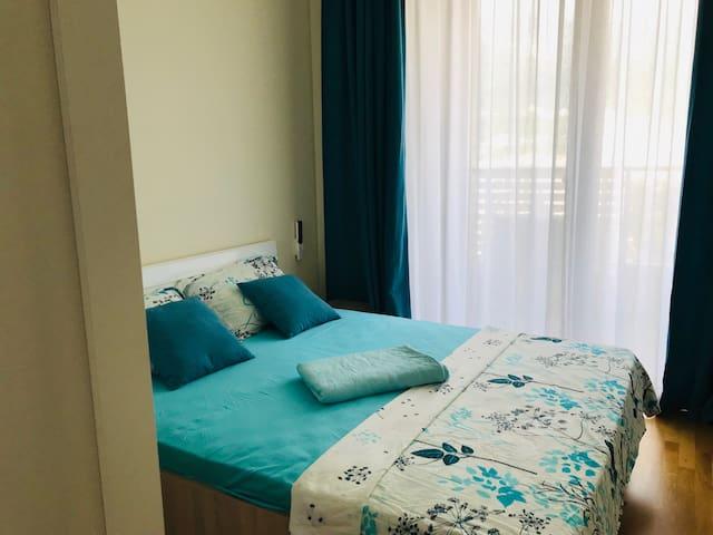 Большая двуспальная кровать с комфортными подушками и матрасом