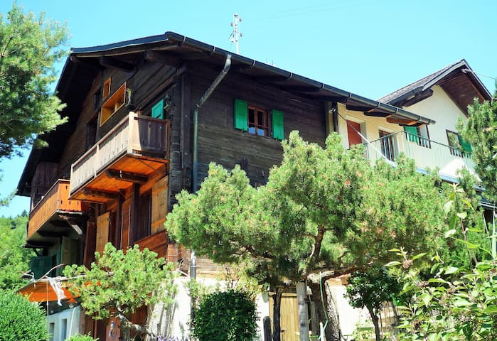 Maison typique villageoise rénovée de manière contemporaine