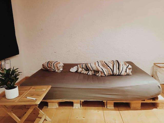 Altbau-Stil-Zimmer, minimalistische Einrichtung