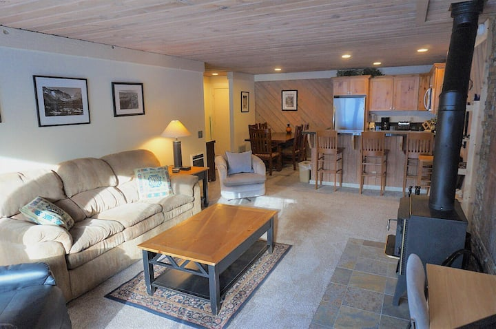 NEW LISTING! Delightful One Bedroom Condo Close To Canyon Lodge and Village Gondola! Free WiFi and Parking!