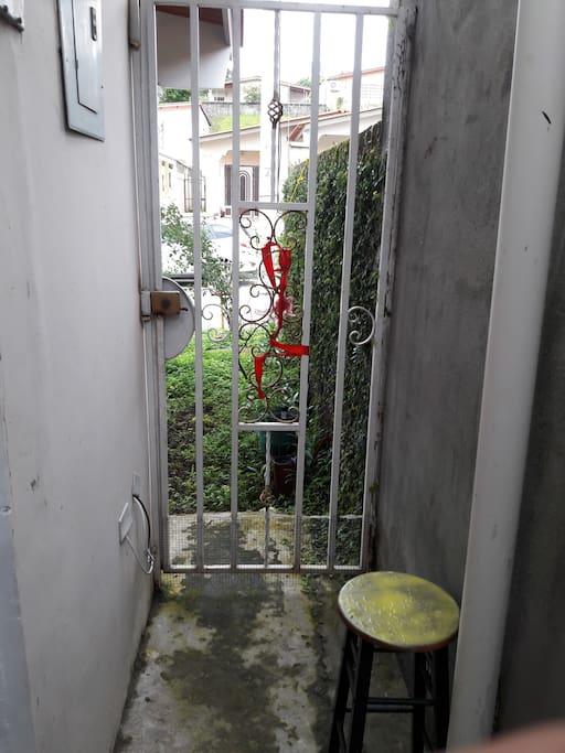 Entrada y salida independiente al jardín y estacionamiento