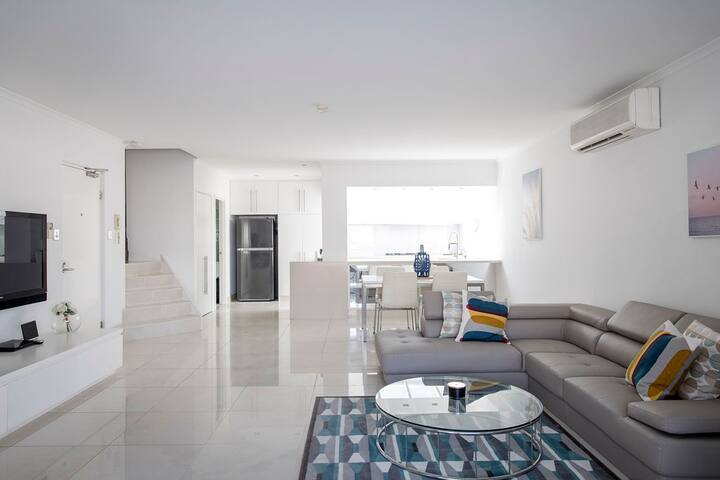 Stylish, Executive Apartment w/Balcony - sleeps 4