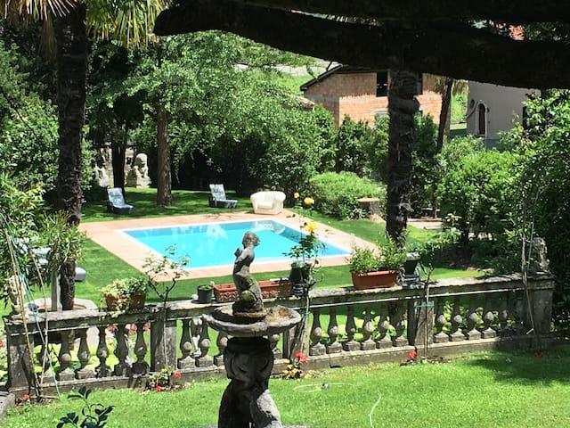 Umberto Eco - 2/7 guests in Villa Angelica