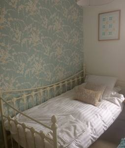 Cosy room in stylish house close to city centre - 加的夫 - 独立屋