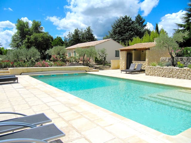 Charming Cottage. Uzès. 2BR 2BA.Large SWP.Car park - Uzès - บ้าน