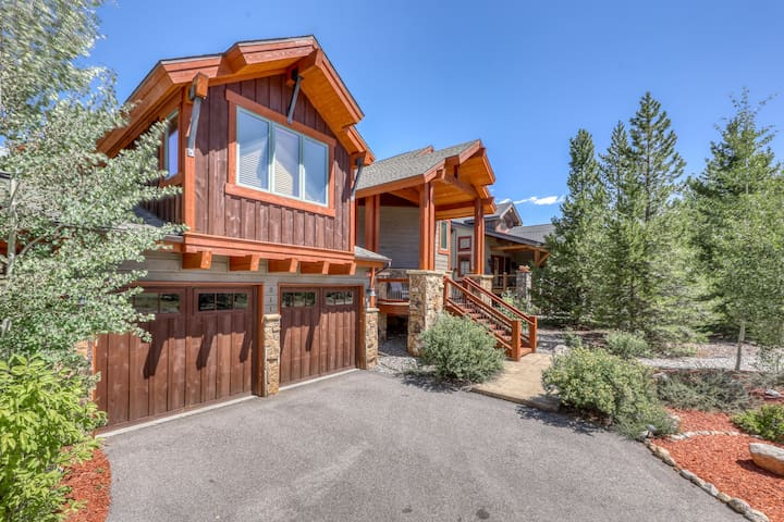 Mountain views in this luxury Keystone home - fireplace, garage, deck & hot tub!