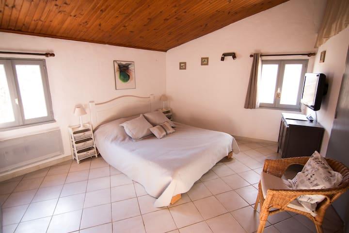 La chambre calme et confortable, avec lit en 160x200