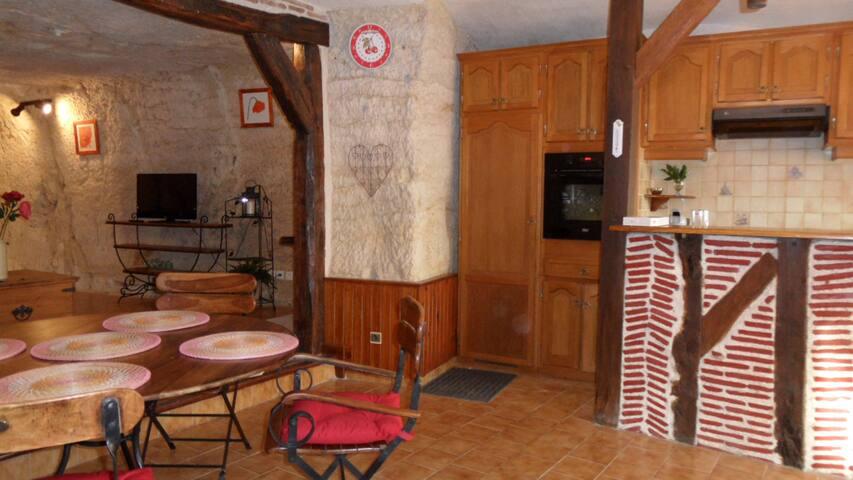 salle à manger et cuisine équipée