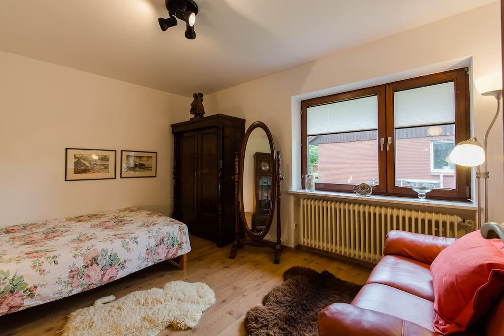 Zimmer KLARA im Haus Grenzland (hinzugekommen ist eine Sitzecke mit Bistrotisch und zwei Stühlen, Mikrowelle, Kochplatte, Besteck und  Geschirr