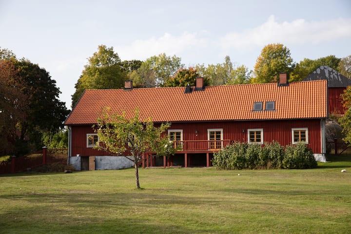 Nyrenoverat lantligt hus i sörmländsk gårdsmiljö