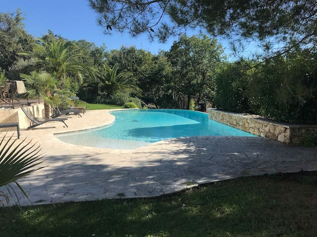 Grande Villa lumineuse,  vue mer, piscine chauffée