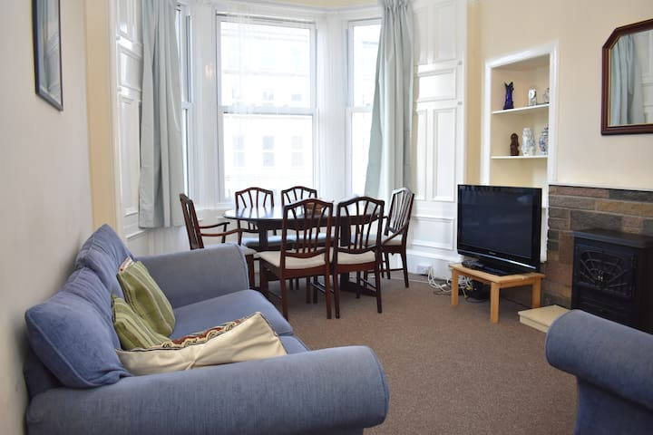 Spacious 2BR flat 10 minutes from Princes Street