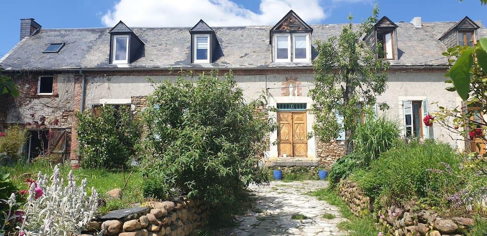 Ancien couvent au coeur d'un village des Pyrénées