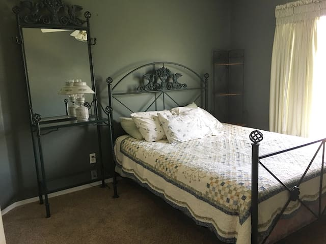 Comfortable Room less than 5 miles from beach