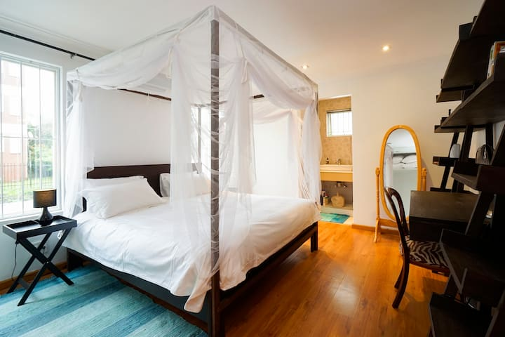 Airy, En-Suite Room in Victorian Beauty - เบเรีย - บ้าน
