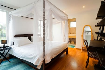 Airy, En-Suite Room in Victorian Beauty - Berea - Talo