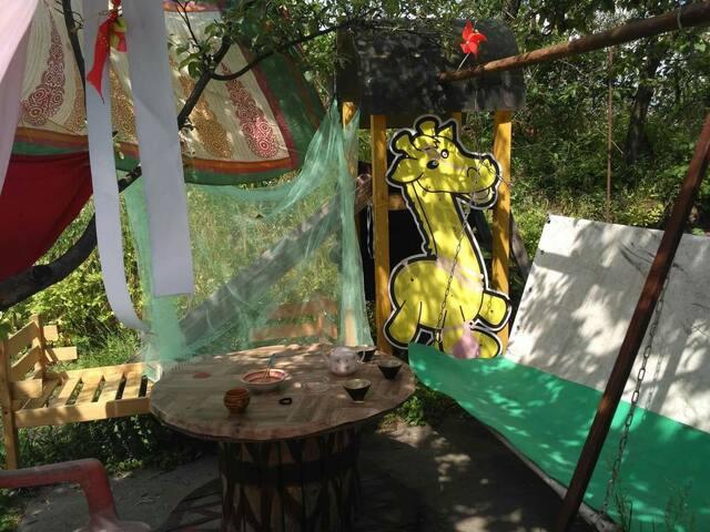 Во дворе можно посидеть выпить кофе и насладиться природой.