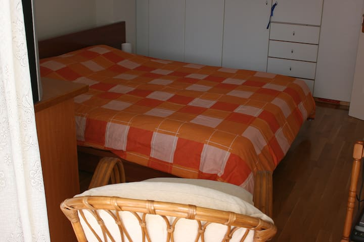Room next to metro (easy access to Center&Airport) - Chalandri - Lejlighed