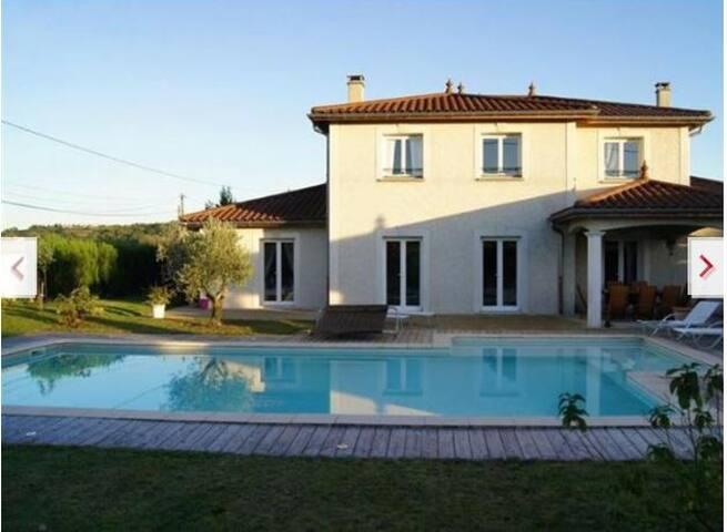 Chambre vue piscine au calme - Saint-Germain-Nuelles - Appartement