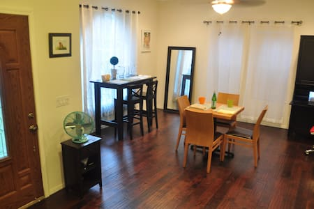 NEW Large Master Room with Private Bathroom - 獨棟