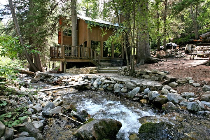 La Cabana- tranquil stream side setting, short walk to Sundance Resort
