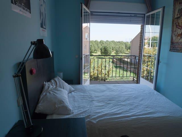 Habitación amplia orientada al amanecer - Pozuelo de Alarcón - Haus