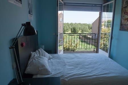 Habitación amplia orientada al amanecer - Pozuelo de Alarcón - บ้าน