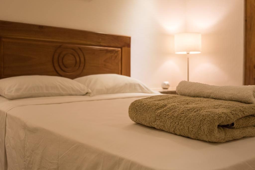 Pokój z łóżkiem queen size.