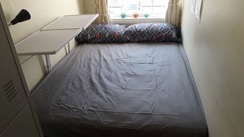 Double Bed Free Breakfast Nice hostel near CBD