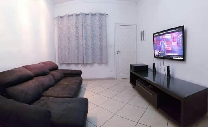 """A Casa na Guilhermina c/wi-fi  """"750m"""" da praia."""