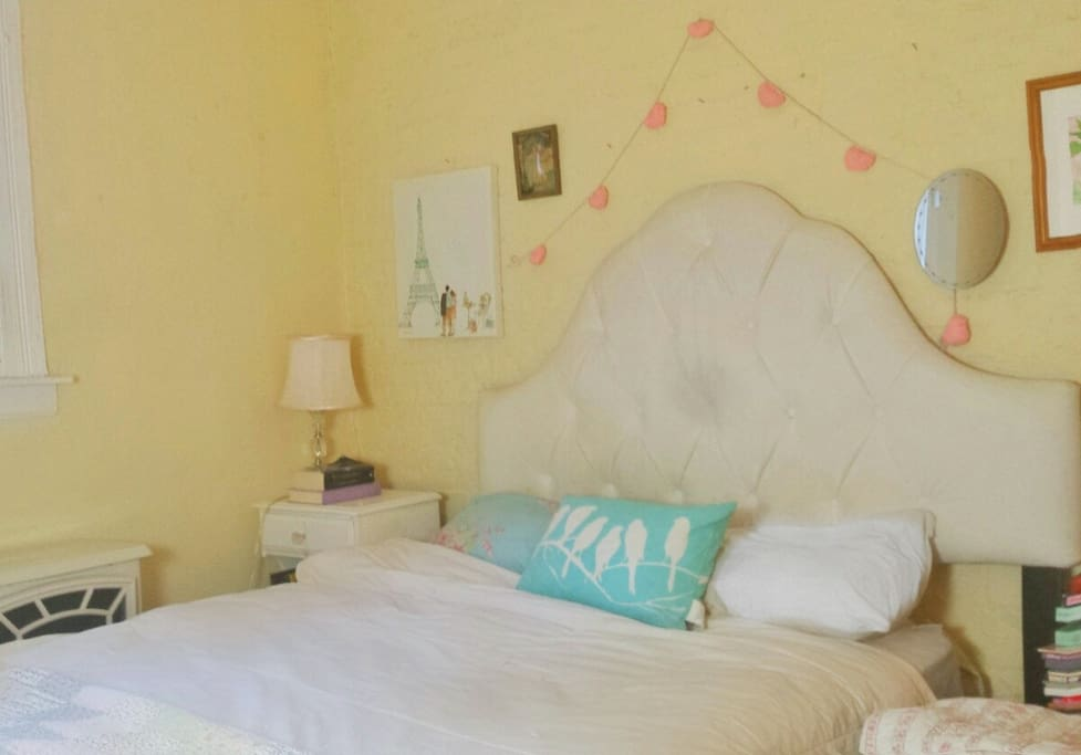 Charming private bedroom with queen bed. Quiet and serene.