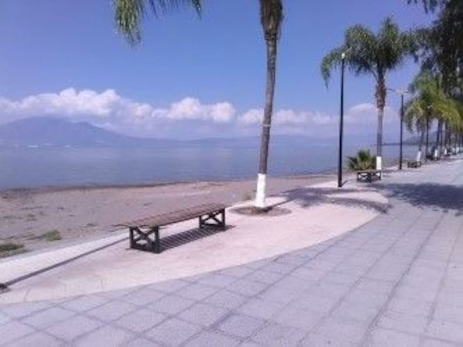 Wow!! Ajijic y El Malecón! Cinco minutos caminando! TWO blocks to the lake, four to the Malecon!