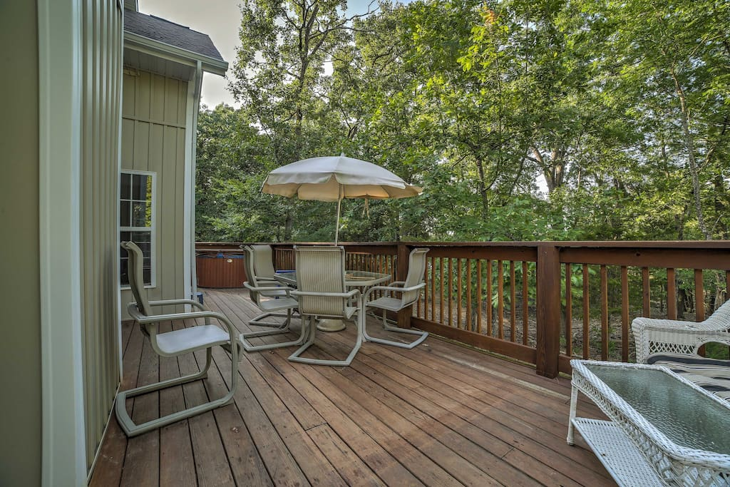 Enjoy views of Table Rock Lake out on the deck during your stay at this 3-bedroom, 2-bathroom vacation rental cottage in Blue Eye!
