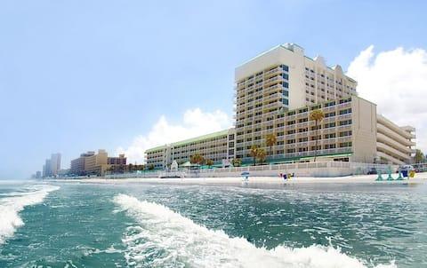 Ocean-view Bargain, 4 pools, 2 Jacuzzis, on beach
