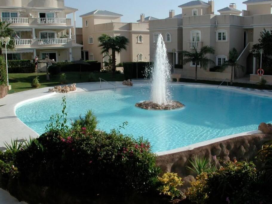 Lujoso complejo con piscinas y jardines casas en - Casas en guardamar ...
