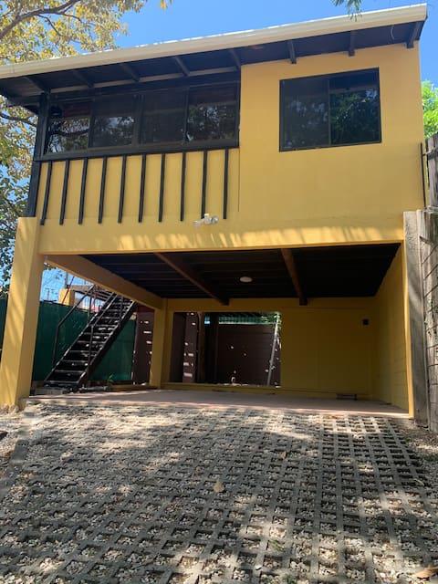Apartamento con balcon y vista.