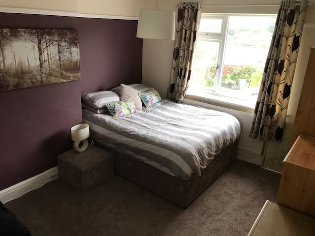 Double room with Kingsize bed + Wardrobes + Sofa